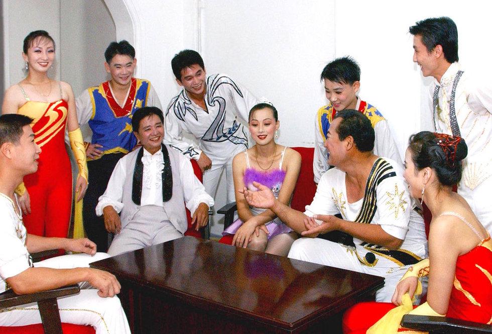 金正恩/当地时间2012年8月23日公布图片,朝鲜文艺工作者为即将到来的...
