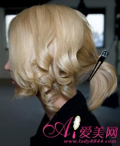 step1:   用电烫板,在左侧面的上层头发发尾处塑造一个波纹效果,注意图片