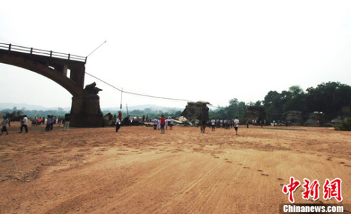 8月8日,江西省广昌县横跨盱江的河东桥突然倒塌,事故导致2人遇难,2人受伤。中新社发王剑摄