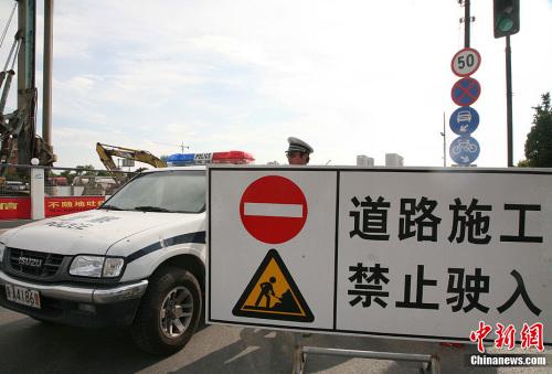 资料图:7月2日中午13时40分许,杭州一在拆的高架桥发生坍塌,事故造成1人死亡。记者从现场救援人员处了解到,事故已造成1人死亡,另有3人被送往医院。汪恩民摄