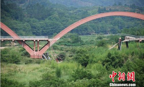 背景资料:中国近年桥梁坍塌事故一览(图)