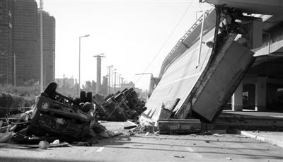 事故现场一片狼藉。24日,哈尔滨阳明滩大桥疏解工程、三环路高架桥洪湖路上桥匝道处(距阳明滩大桥3.5公里)发生坍塌。