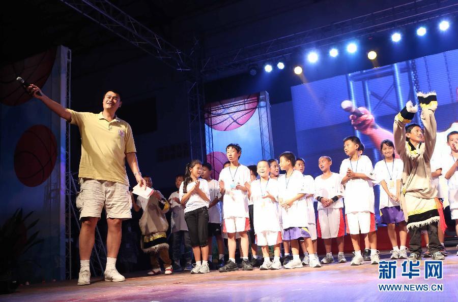姚明/8月24日,姚明(左)和现场的观众一起为孩子们唱生日歌。