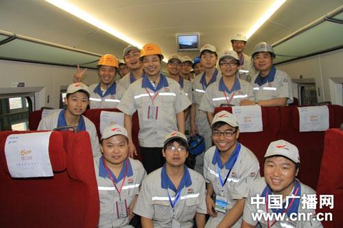 中国南车株洲所总经理丁荣军与京沪高铁售后服务人员在一起(中)