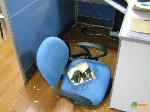 """办公室最新凶残神器""""爆菊椅""""!"""