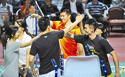 """内地金牌运动员访问香港与青少年游戏同乐 香港举行奥运精英大汇演诸多冠军变""""歌星"""""""