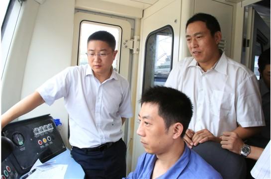 左一为南车株机技术中心研发经理李骏
