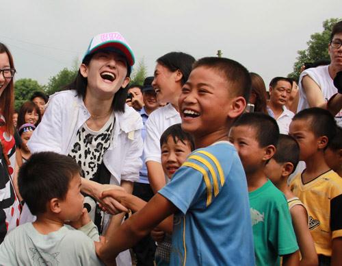 谢娜赴湖南安仁给孩子送鞋百余孩子穿上运动鞋-