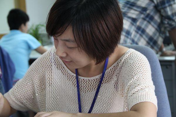 图四:管理层女员工工作照。