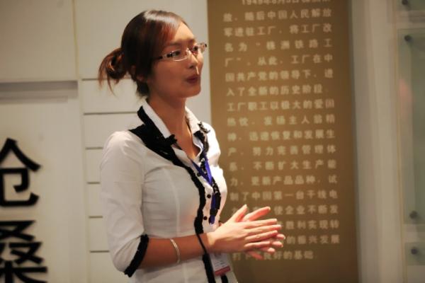 图九:解说员热忱地讲解南车株机公司发展历程。
