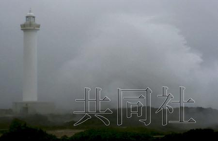 """8月26日下午,受15号台风""""布拉万""""影响,日本冲绳县读谷村的残波岬激起滔天巨浪。"""