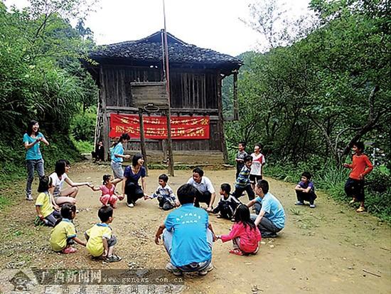 鹿山 张明/广西科技大学筹鹿山学院的大学生在融水达佑小学支教。张明供图