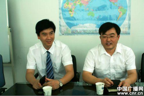 上图:中国南车株机公司海外营销团队成员:王攀(右)、李亮(左)向记者讲述海外营销经历。