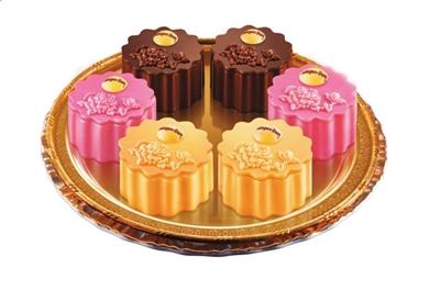 """同一个中秋""""的主题明月盛典,推出其今年创意牡丹月饼冰淇淋系列."""