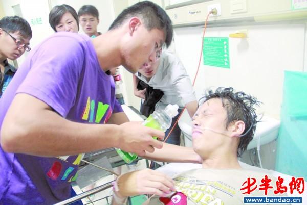 上山/被毒蛇咬伤的小李表情痛苦,他的同学在给他喝水吃药。