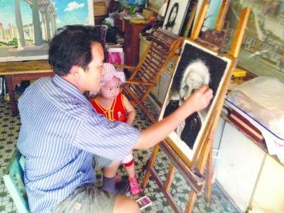 李邦会/李邦会正在画画,他孙女就在旁边观看。