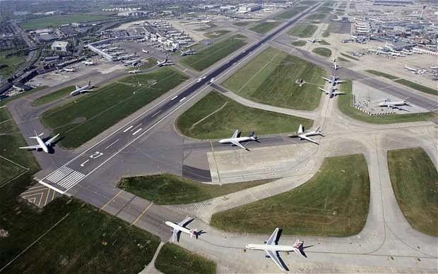 希思罗机场是英国最为繁忙的机场之一,两条跑道已不能满足其运载需求.