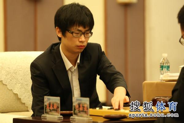 图文:衢州-烂柯杯决赛 孟泰龄落子瞬间