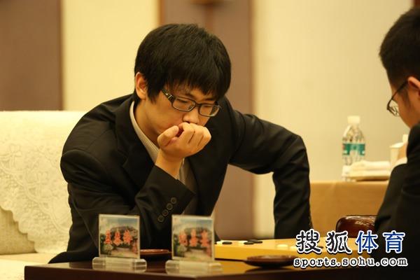 图文:衢州-烂柯杯决赛 孟泰龄托腮思考