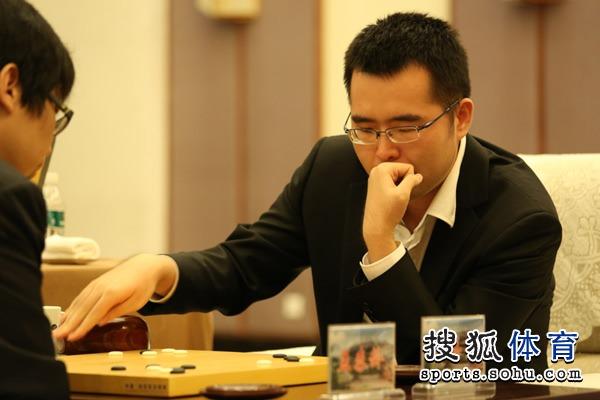 图文:衢州-烂柯杯决赛 柁嘉熹落子后按钟