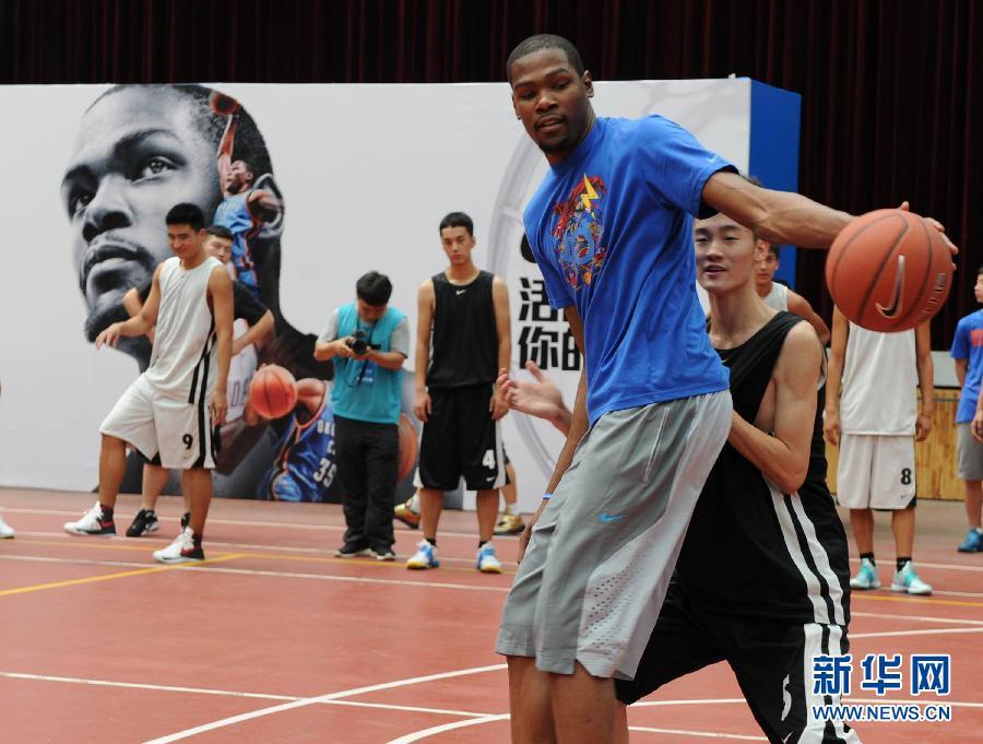并参加球迷比赛,向球迷传授篮球技艺.