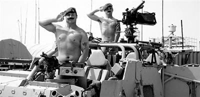 欧美人体成人视频_站在坦克中的士兵裸体声援哈里王子