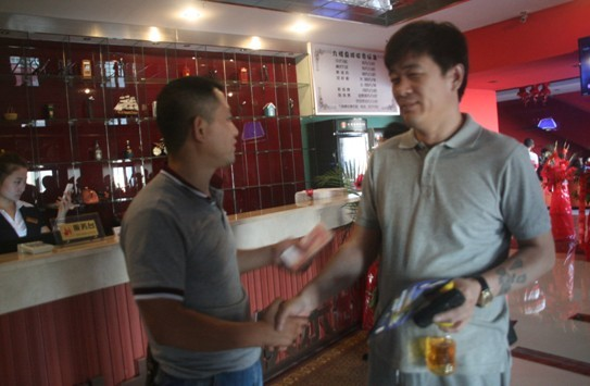 虽然没拿到现场的比赛用台,交付定金,得到尽快交付承诺的郭俊伟先生心情也还不错