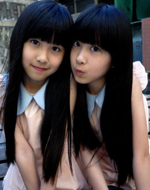 2003年网络上最具人气的竟然是一对刚刚年满3岁的双胞胎sandy(姐姐)和mandy(妹妹)。这两个原本再也平凡不过的台湾小孩子在一个无心的机会成了网络虚拟世界的小明星,她们的照片在网络上流传开来,许多的fans都在密切关注着她们点滴的成长。连吴宗宪也屈尊请姐妹俩为自己的节目打气造势。更有台湾媒体把年纪小小的sandy&mandy,跟台湾久负盛名的姊妹花大小S相媲美,认为她们是继大小S之后,台湾最具潜质的、含苞待放的姊妹花。如今已经十一岁的她们已经初长成为一个小萝莉,可爱美丽的外形和天生的明星范让她