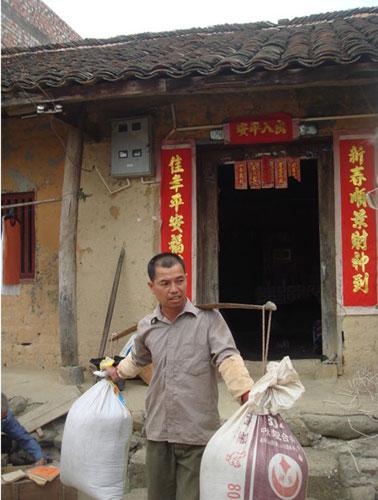 华润援建前,小镇村民黄兆康在自己门口劳动