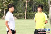 图文:[中超]谢志宇随汉军训练 与郑斌交流