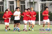 图文:[中超]谢志宇随汉军训练 随队慢跑热身