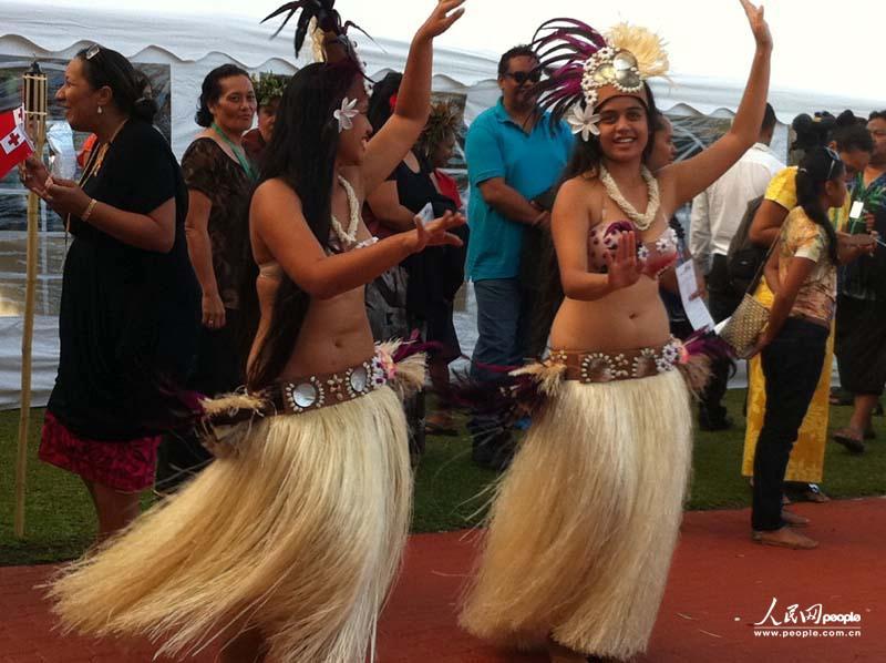 欧美人体草裙先锋_姑娘们跳起迎宾草裙舞,与民众夹道欢迎参加第43届岛国论坛的领导人