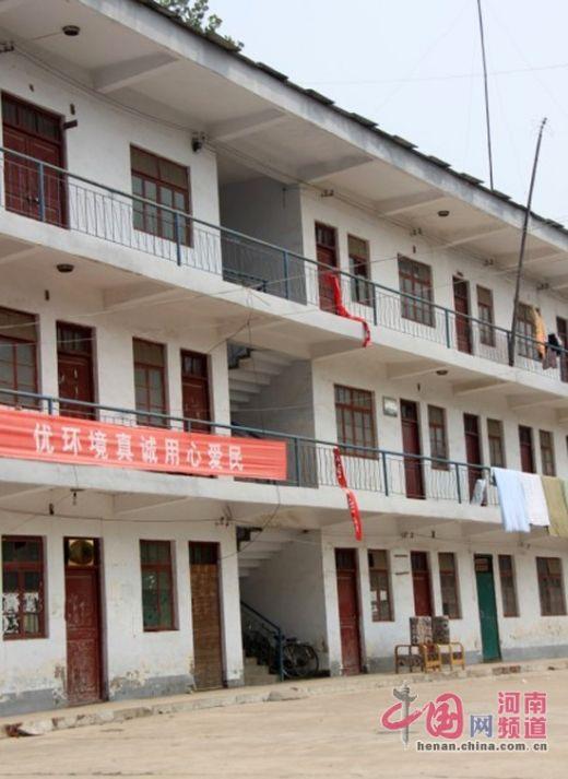 练寺镇政府办公楼的条幅下,就是老汉跳下的地方。