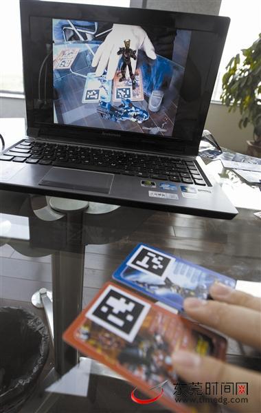 工作人员在演示旨尖动漫开发的AR游戏东莞时报记者王欢摄