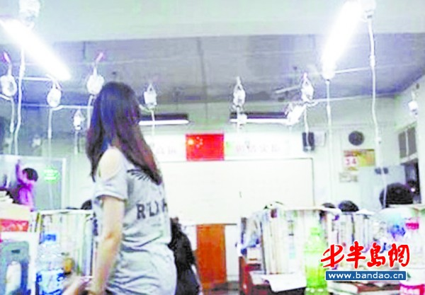 高三(3)班学生集体在教室挂吊瓶,一张边打氨基酸补充能量边复习的照片