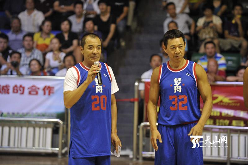 梦舟篮球明星队与新疆天山雪豹队为阜康市青少年活动中心捐赠两万元的
