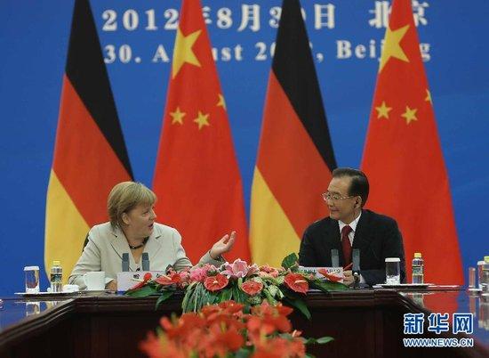 8月30日,中国国务院总理温家宝与德国总理默克尔在北京人民大会堂主持第二轮中德政府磋商圆满结束后,两国总理共同会见记者。中新社发 任晨鸣 摄
