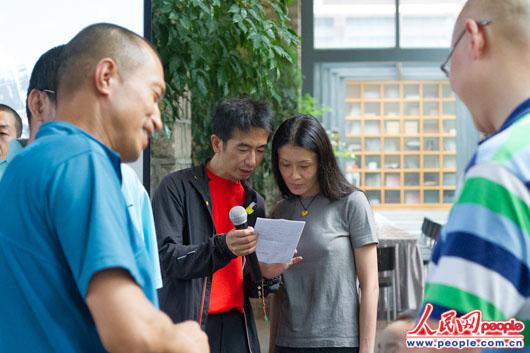 理事长王秋杨与常务理事周行康为分享会做最后的准备 人民网实习生李墨摄