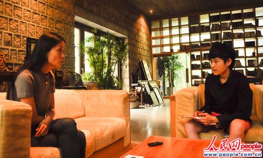 王秋杨在向记者讲述阿里恶劣的自然环境 人民网实习生崔欣慰摄