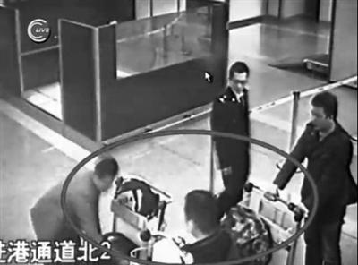 2011年12月26日,曹某三人返回首都机场,被海关人员从行李中查获可制毒感冒药。网络视频截图