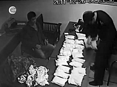"""新京报讯 (记者张玉学)曹某三人为赚5000元辛苦费,从迪拜背回127.1公斤含有易制毒化学品伪麻黄碱的""""感冒药"""",结果刚到首都国际机场就被控制。"""