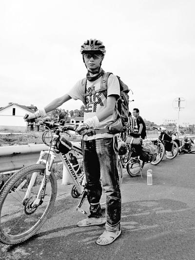 """""""从武汉到香格里拉,全程1949公里,骑行34天。""""日前,武昌理工学院一篇""""我的单车骑行日记""""的帖子爆红网络,数天时间被点击1400多次,各种回复帖300多条。"""