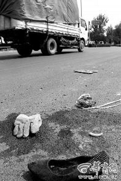 车祸现场,女士高跟鞋旁还留有血迹 实习生袁琛摄