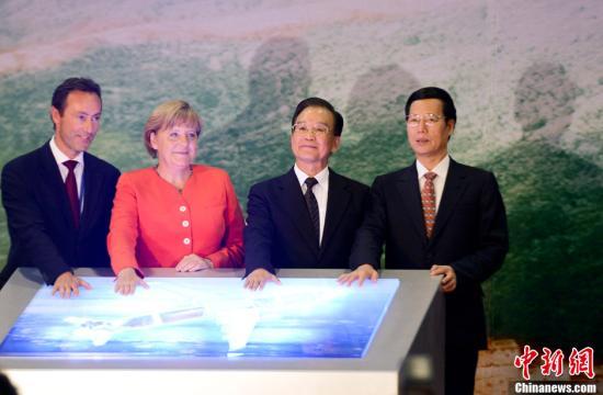 8月31日,中国国务院总理温家宝与德国总理默克尔在天津出席第100架空中客车天津总装公司A320飞机下线仪式。中新社发 廖攀 摄