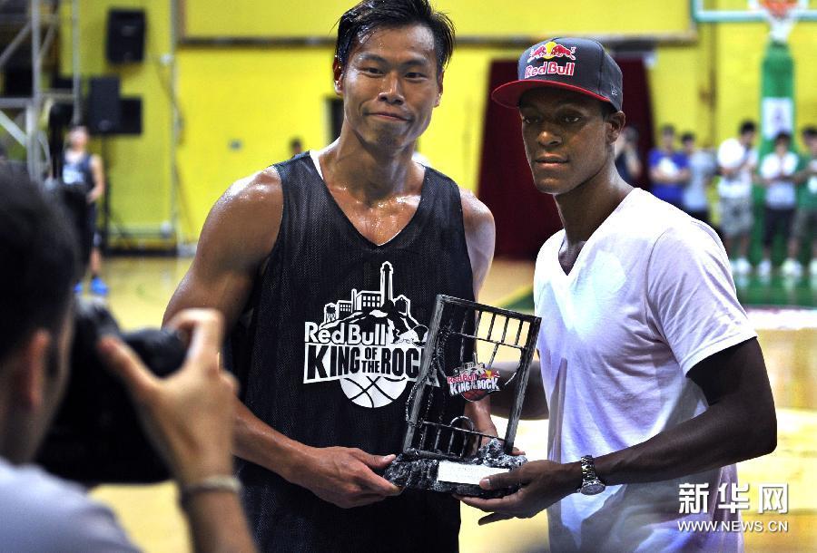9月1日,美国NBA球星隆多(右)为篮球夏令营优秀球员颁奖。当日,美国NBA波士顿凯尔特人队球星隆多在香港南华体育俱乐部举行的篮球训练营活动进入最后一天。首次来港的隆多在两天的训练营活动中,指导青少年球技、与球迷近距离接触,受到香港市民欢迎。新华社记者陈晓伟摄