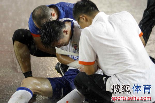 直击郑铮受伤瞬间 疑似骨折被抬救护车治疗(图)