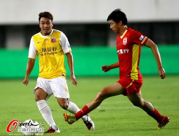 图文:[中超]申鑫2-2亚泰 双方球员在比赛中