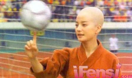 赵薇/赵薇事业如日中天之时街拍了周星驰的《少林足球》,成为新一代...