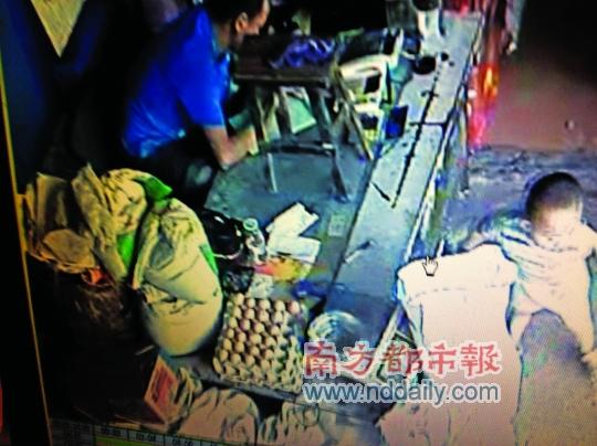 录像 小时/监控录像显示,被绑架前一个多小时,小孩还在店堂里玩耍。