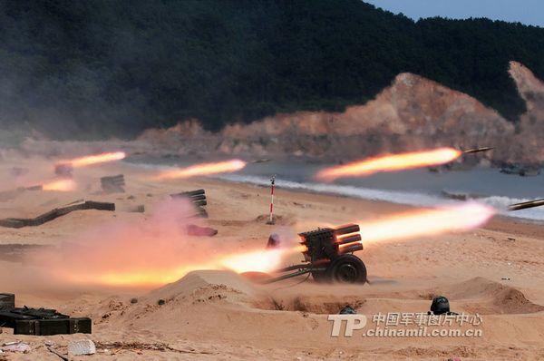 南京军区某团组织轻便火力支援步坦登陆训练。